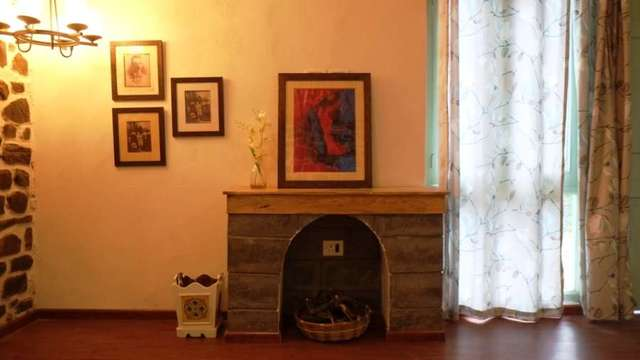 Rustic_brick_wood_fireplace_2_rcsrcf