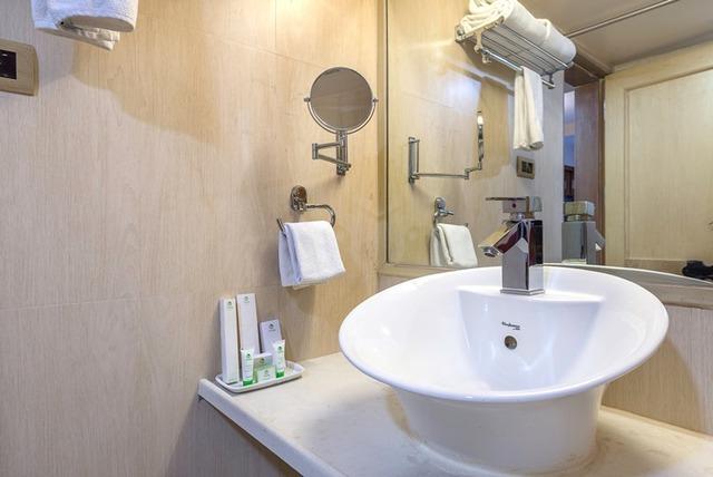 35_Oak_Bathroom_1
