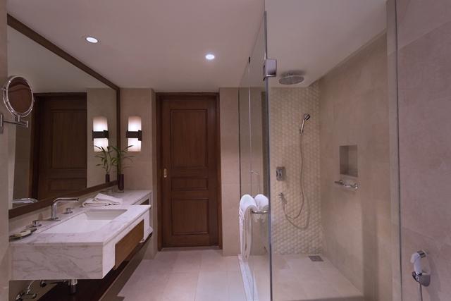 Bathroom_angle_1_Red_Room