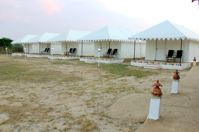 05_Tent_Row_Side_View