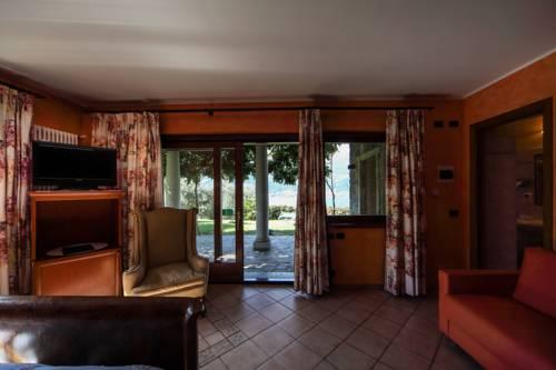 https://ui.cltpstatic.com/places/hotels/1468/1468440/images/81097491_w.jpg