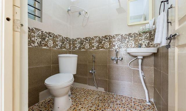 Ample_Premium_Suites_Maple_Bathroom