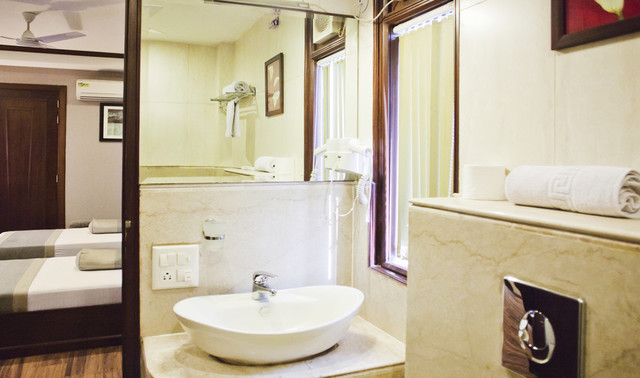 DEL_GRD_Inn_Standard_Bathroom