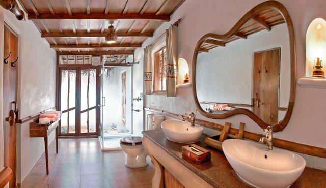 pool_hut_bathroom