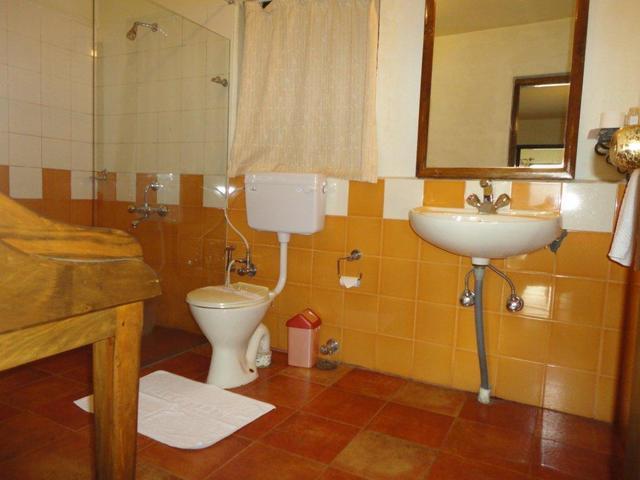 Standard___Deluxe_room_in_the_main_block_-_Bathroom