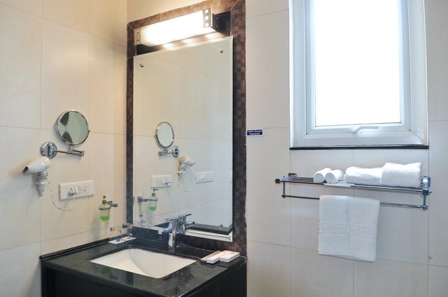 Luxury_Room_Bathroom_(1)