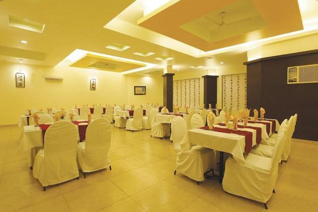 popular-hotels-resorts-yatri-niwas-silvassa-restaurant-41820680fs