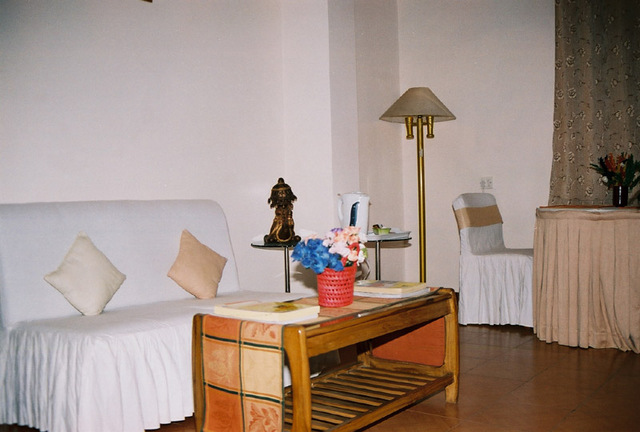 Guest_Room_w.JPG
