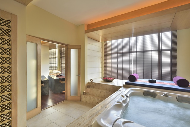 91009642-H1-Couple_Spa_room