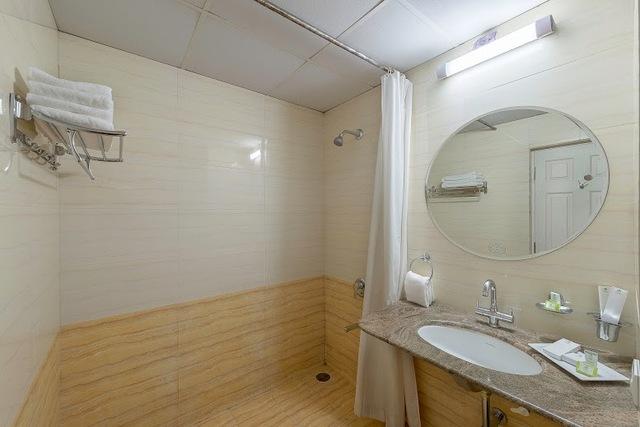 Oak_Maple_Mahagony_Bathroom_1