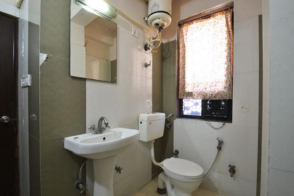 Hotel_Royal_Sheraton_guestroom_(1)