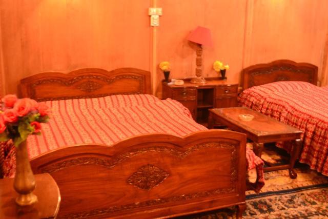 house-boat-lake-victoria-srinagar-bed-room-29098201fs