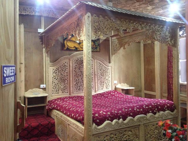 lake-victoria-group-of-house-boat-srinagar-bed-room-62779086822fs