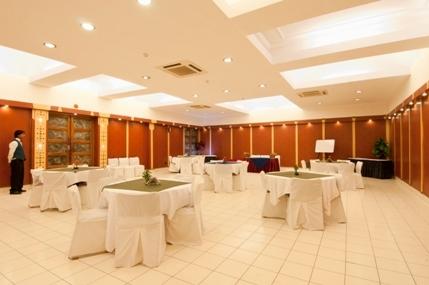 _Goshthi__Conf_Hall_With_Round_Table_Setup