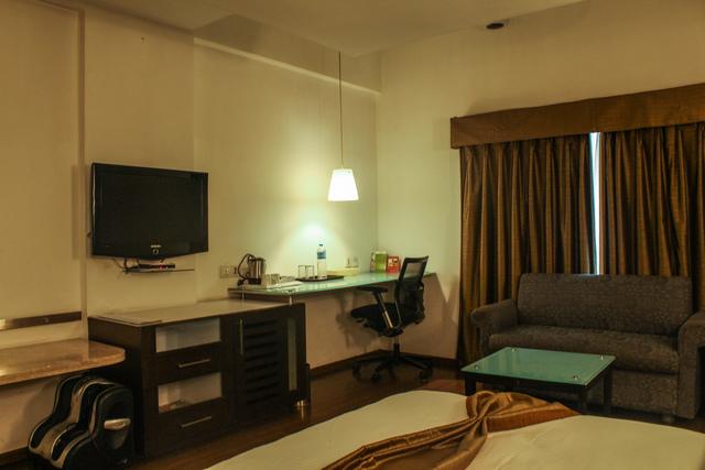 Junior_Suite_Room_(2)