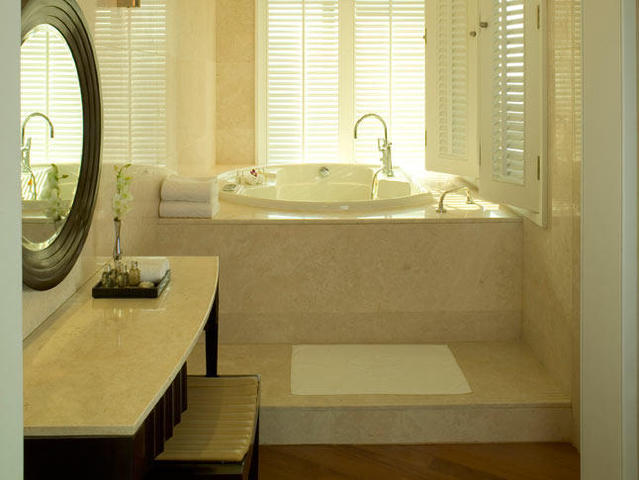 Luxury-Suite-Bath-Tub