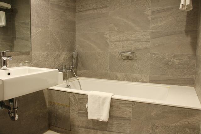 Deluxe_twin_Bathroom_(2)