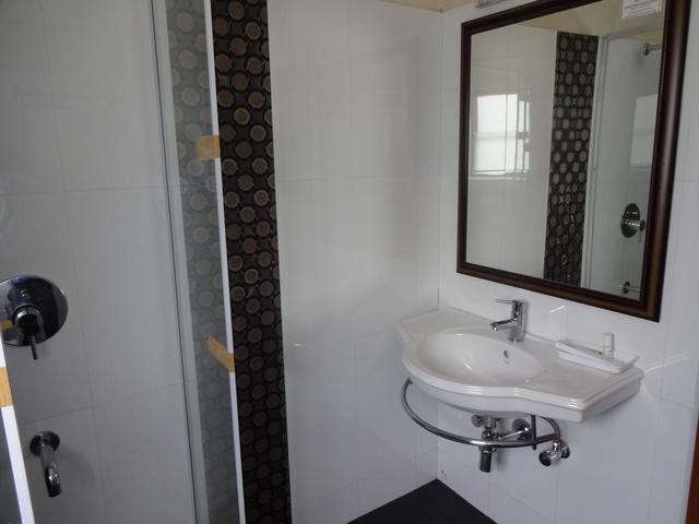 lake_view_bath_room_1