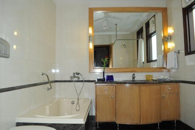 Bathroom_with_Bath_tub