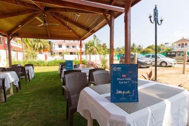 Pool_side_restaurant_2