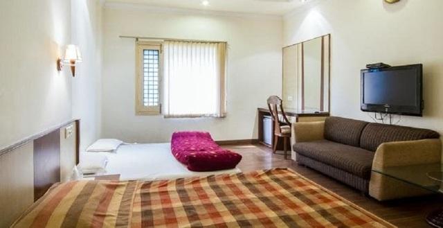 hotel-royal-inn-amritsar-hotel-royal-inn-suite_bedroom_4_jpg-amritsar-112033356695-jpeg-fs