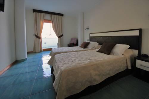 https://ui.cltpstatic.com/places/hotels/5172/517208/images/4346679_w.jpg