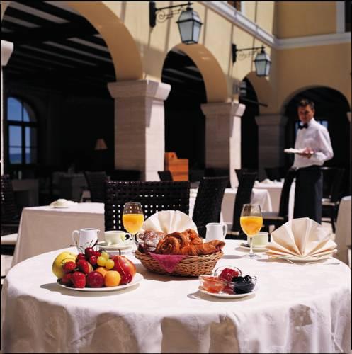 https://ui.cltpstatic.com/places/hotels/6078/607842/images/7788050_w.jpg