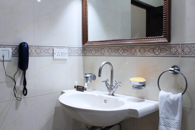 Standard_Room_Bathroom_(1)