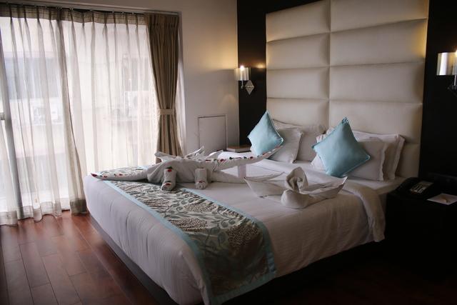 Premier_Suite_Bedroom_(1)