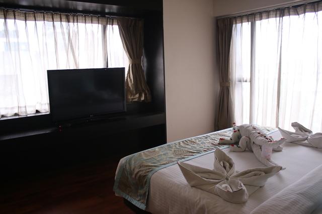 Premier_Suite_Bedroom_(2)