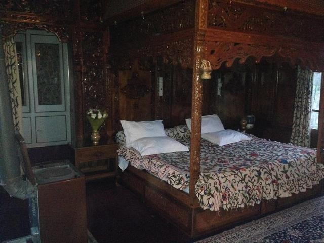 golden privilege houseboat srinagar room rates reviews deals rh cleartrip com