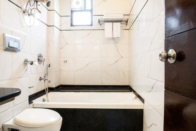 Mahagony_Bathroom_1