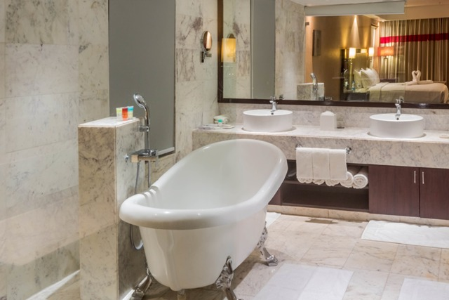 28_Suite_room_bath_tub