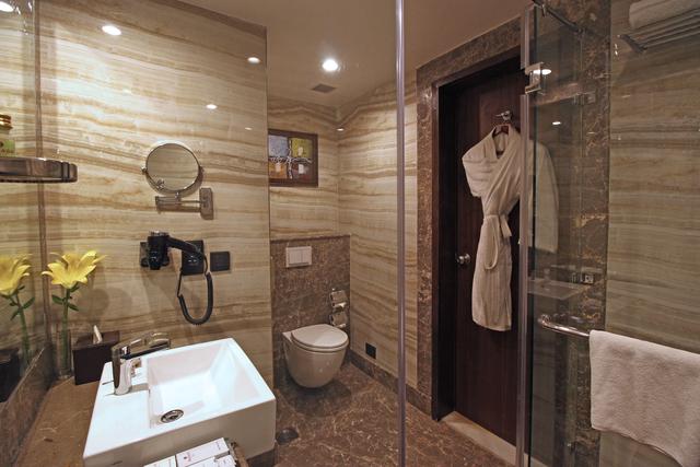 Club_Room_Bathroom_(1)