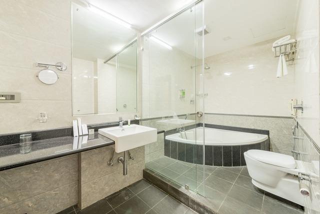 Maple___Mahagony_Bathroom_1